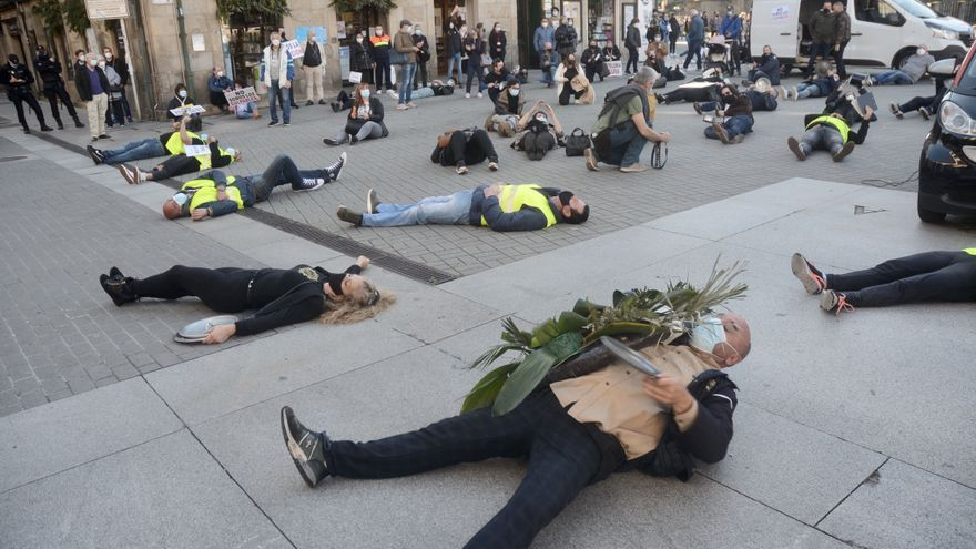 """Los hosteleros escenifican la """"muerte"""" del sector y afirman que """"un 30% no llegará al verano"""""""