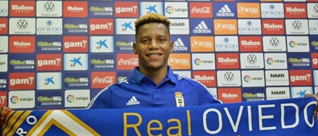 Cedric Teguia, ayer durante la presentación como jugador del Oviedo.