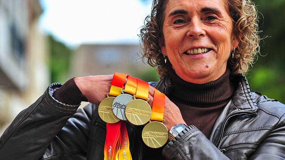 Ana Abuín muestra los tres oros y una plata logrados en veteranos en tierras gaditanas.