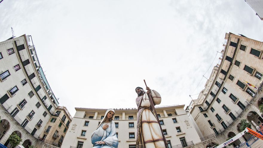El artista del Belén monumental colocará el Niño Jesús de 3,25 metros esta madrugada