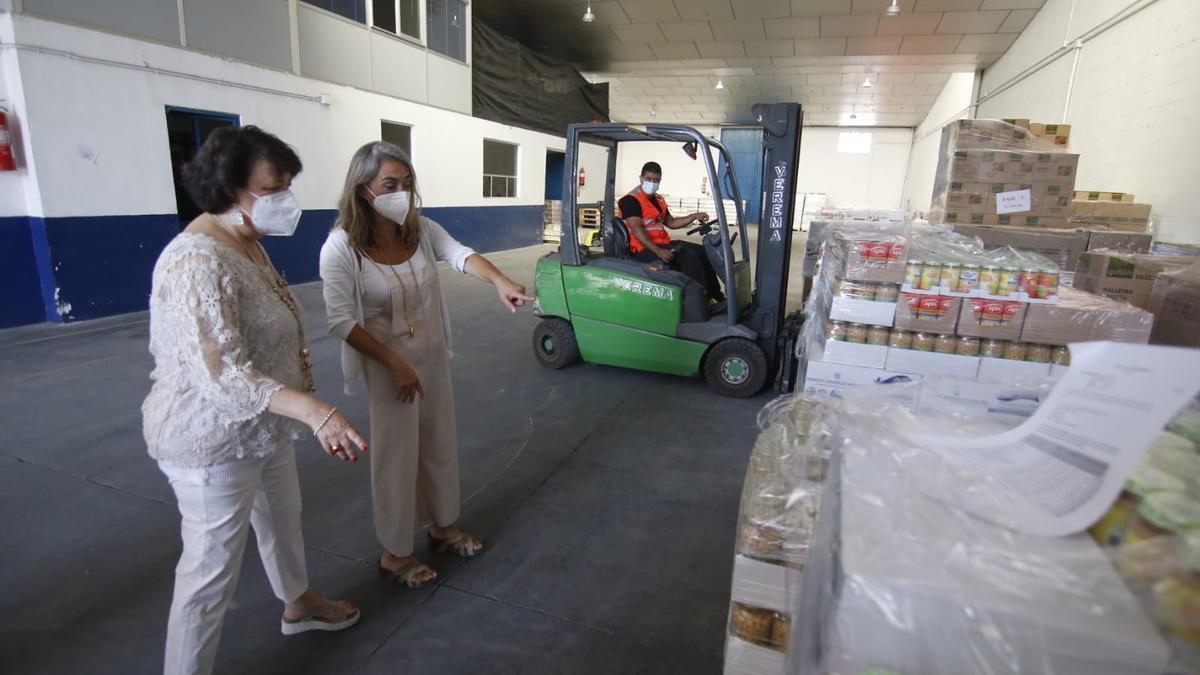 La subdelegada del Gobierno, Rafaela Valenzuela, visita los almacenes de Cruz Roja en Córdoba.