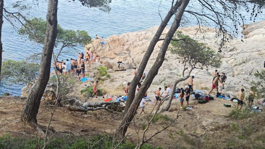 Desallotgen una macrofesta il·legal a tocar del mar a Tamariu amb un centenar de persones