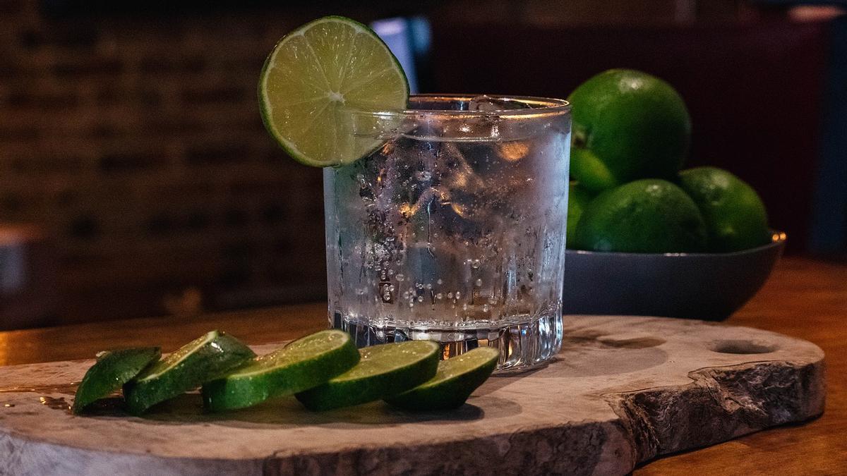 Fotografía de archivo de un gin tonic.