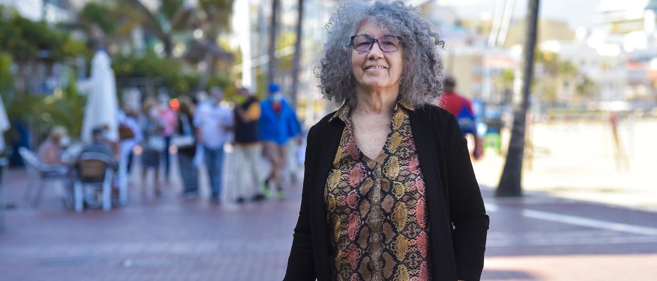 Sila Sánchez, ayer en el paseo de Las Canteras, momentos antes de la entrevista, ayer.