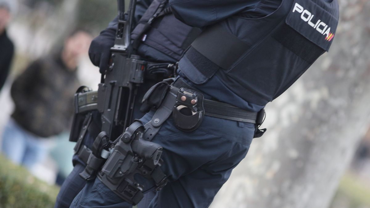 Archivo - Dos agentes de la Policía Nacional.