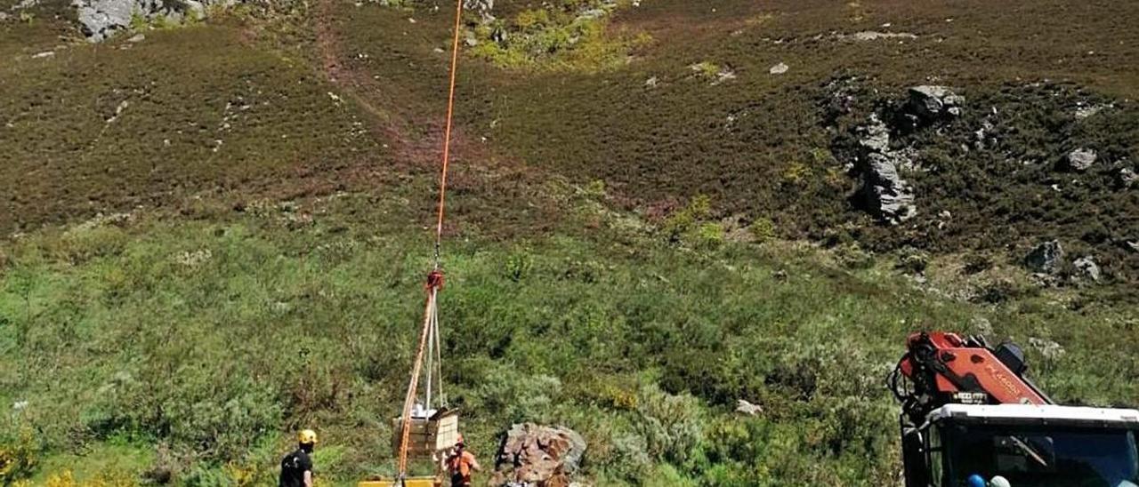 Operarios trabajando con el helicóptero en el puerto de San Isidro. | L. Camporro