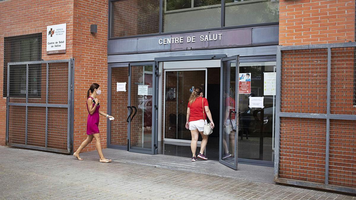 Dos pacientes entran a un  centro de salud de Xàtiva,  este mes de julio.  PERALES IBORRA