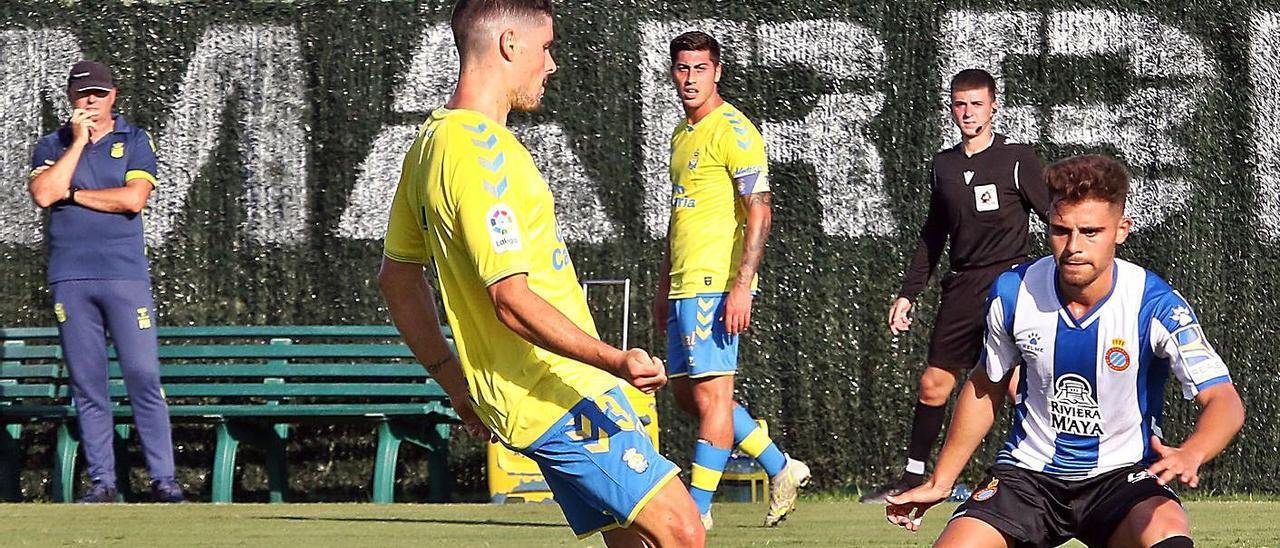Sergio Ruiz toca el balón ante la oposición de Melendo, del Espanyol, el pasado miércoles en el Marbella Football Center.     LP/DLP