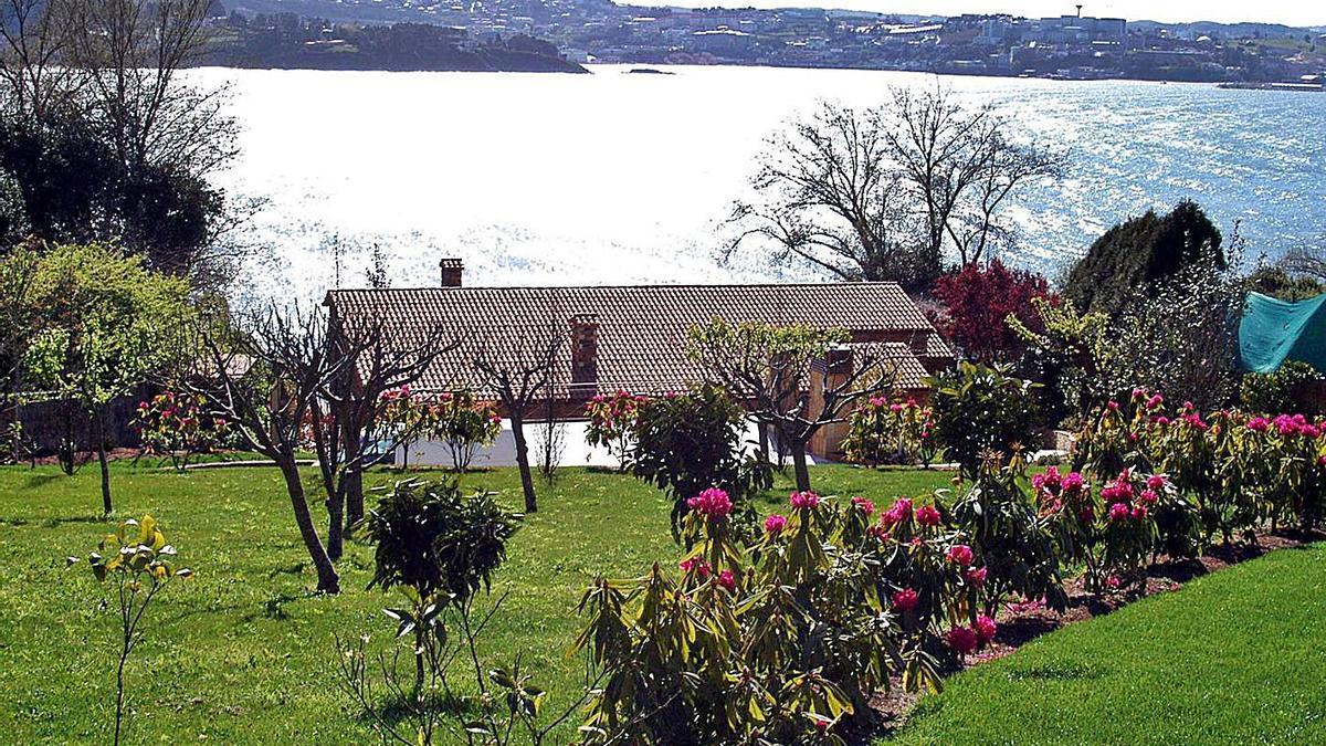 Vista de un chalé en la costa de Oleiros.   | // L. O.