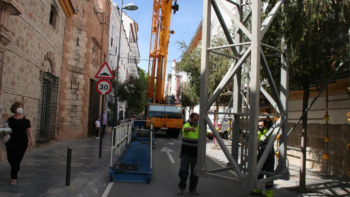 Trabajos de retirada de la grúa frente al Palacio de los Condes de San Julián.