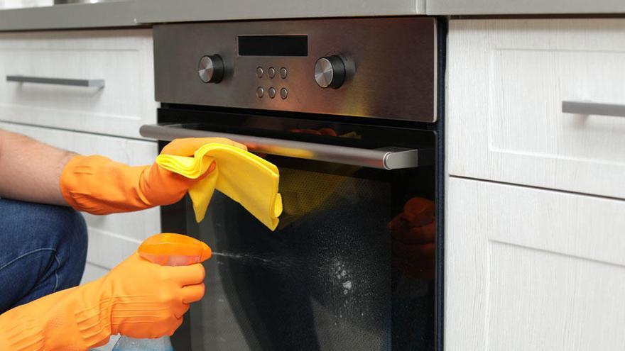 Los métodos caseros de moda para limpiar el horno en cinco minutos