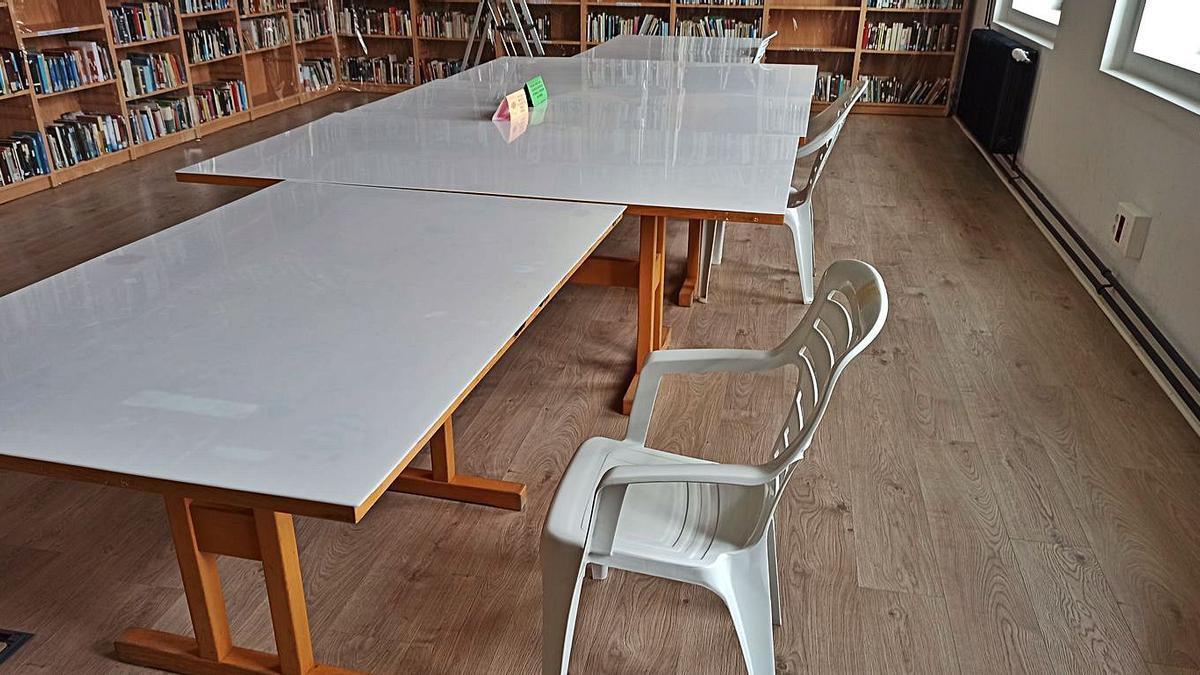 Las sillas de plástico forman parte del mobiliario de la biblioteca.