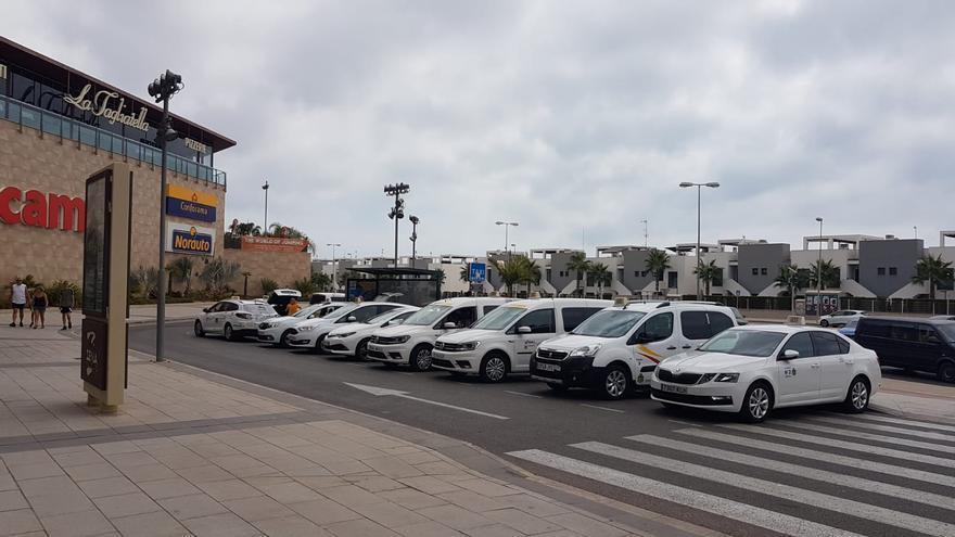 El PSOE denuncia que Turismo pagó casi el doble de la tarifa del taxi para traer visitantes a Orihuela
