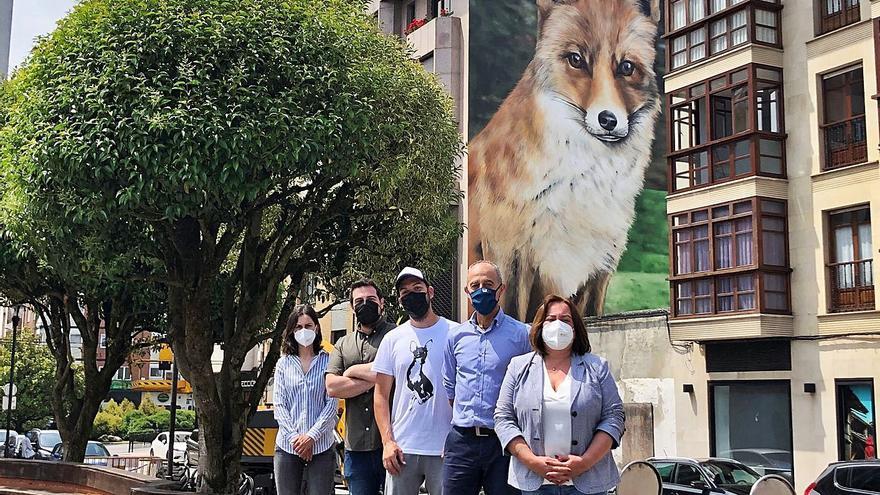 Final del grafiti mural de la Pola: La raposa de Xolaka ya mira a todos los polesos