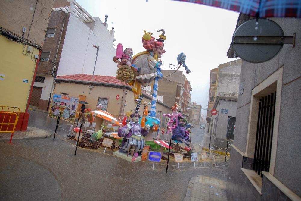 Las Fallas rinden homenaje a los Patronos con flores pese a la lluvia.