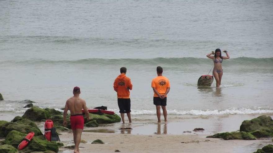 Medio centenar de socorristas vigilarán desde este sábado las playas llaniscas
