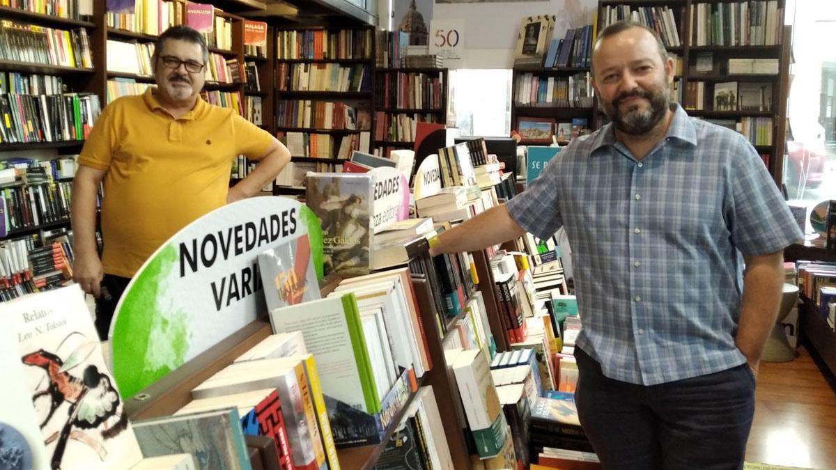 Cristóbal Romero (izq), presidente del nuevo colectivo y Víctor Frías, vocal de Comunicación, esta semana en la librería Proteo.
