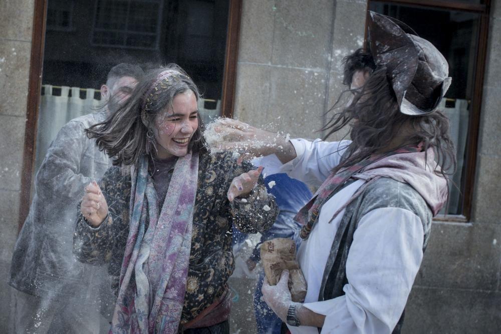 La localidad ourensana comienza cinco semanas de entroido con su tradicional batalla de harina.