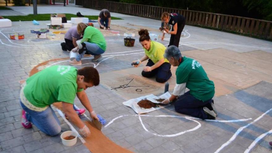 Los alfombristas desafían a la lluvia y rehacen sus obras de arte efímero en la Praza Massó