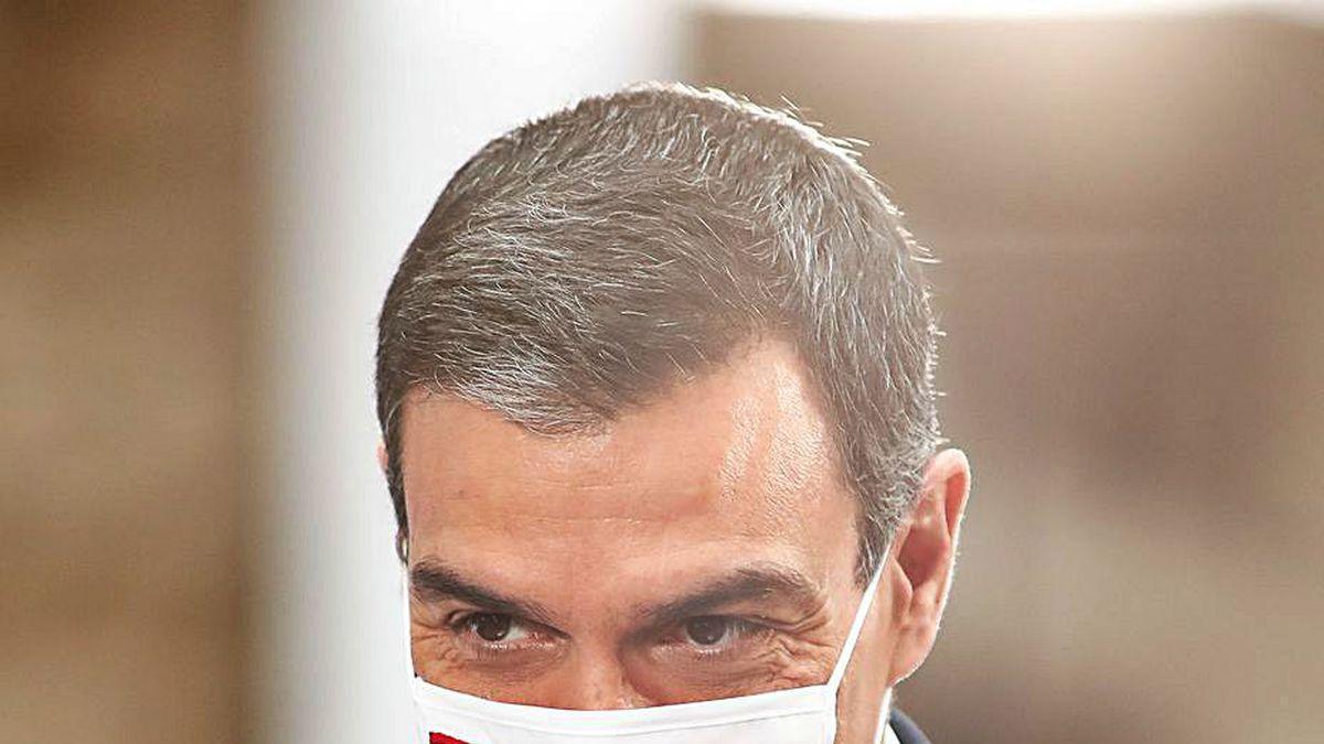 Pedro Sánchez, con una mascarilla con la bandera de España.