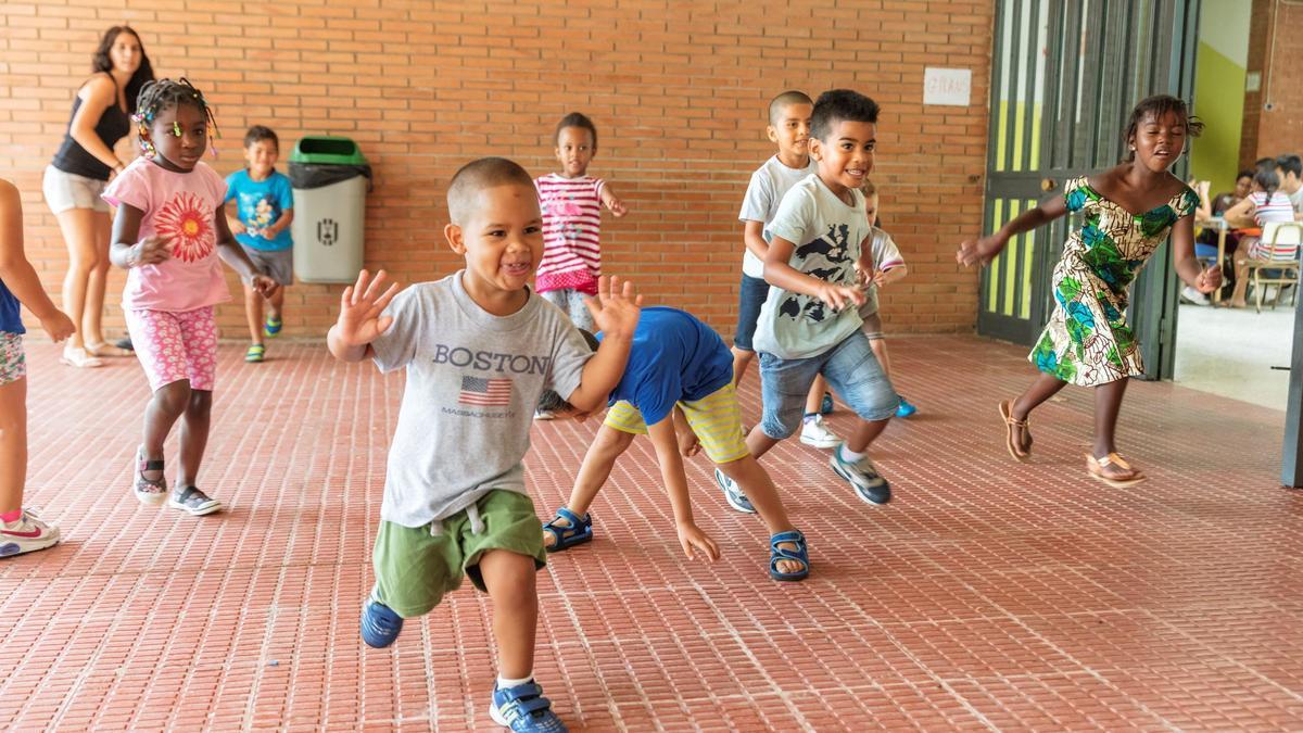 Varios niños juegan en un programa de la Fundación LaCaixa