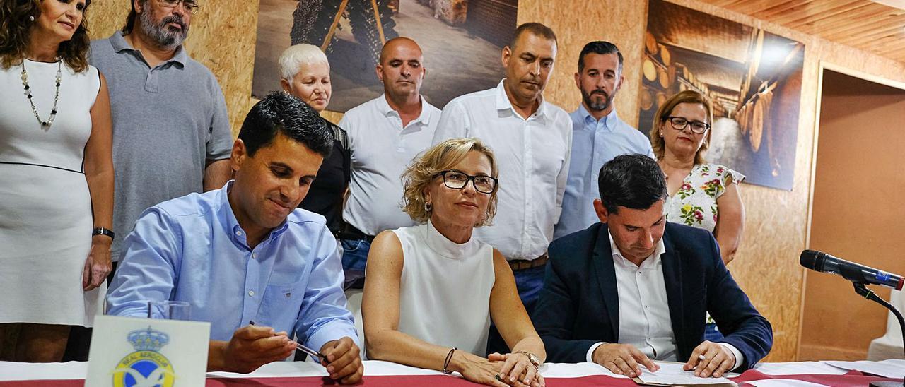 Por la izquierda, Henríquez (NC),  Narváez (PSOE) y Marichal durante la firma del pacto en 2019. Arriba, segundo por la derecha, Antonio Pérez. | | JOSÉ CARLOS GUERRA