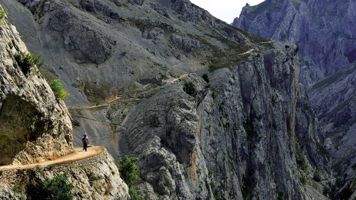 La senda del río Cares recorre 12 km por un itinerario de dificultad media-baja.