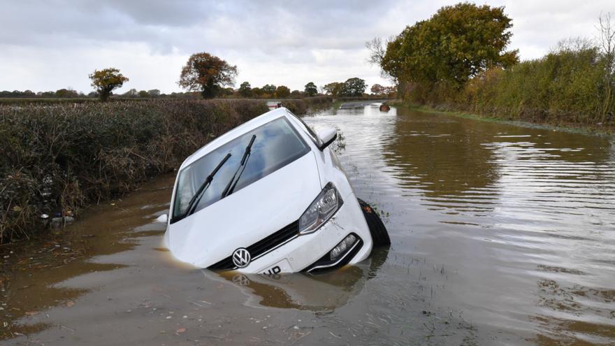 Si te pilla un diluvio o una inundación en coche, sigue estos consejos para mantenerte a salvo