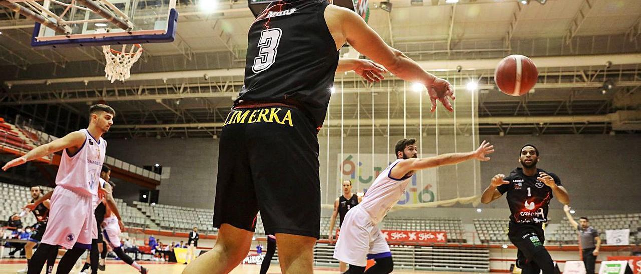 Moro pasa el balón a Newby en el partido ante el Marbella. | Juan Plaza