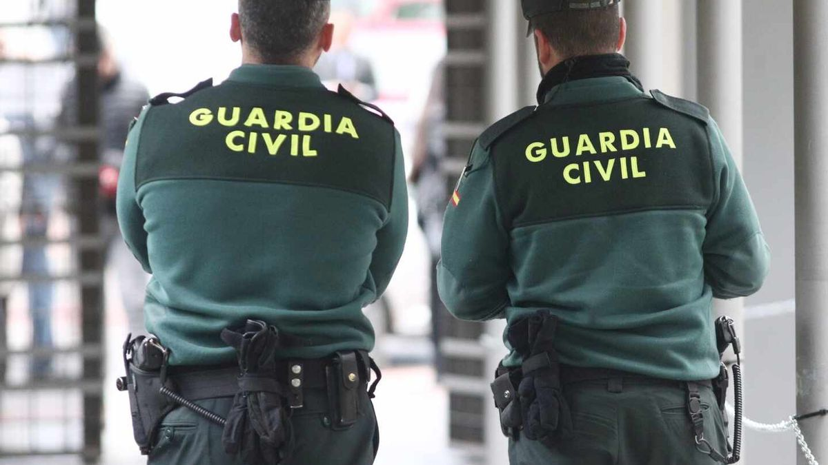 Two agents of the Civil Guard.