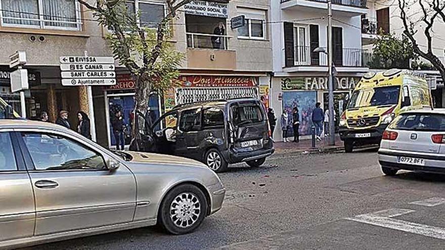 Una ambulancia choca contra una furgoneta en Ibiza