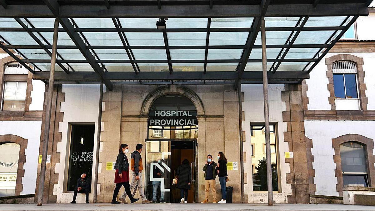 Usuarios del Hospital Provincial de Pontevedra accediendo al centro.   | // GUSTAVO SANTOS