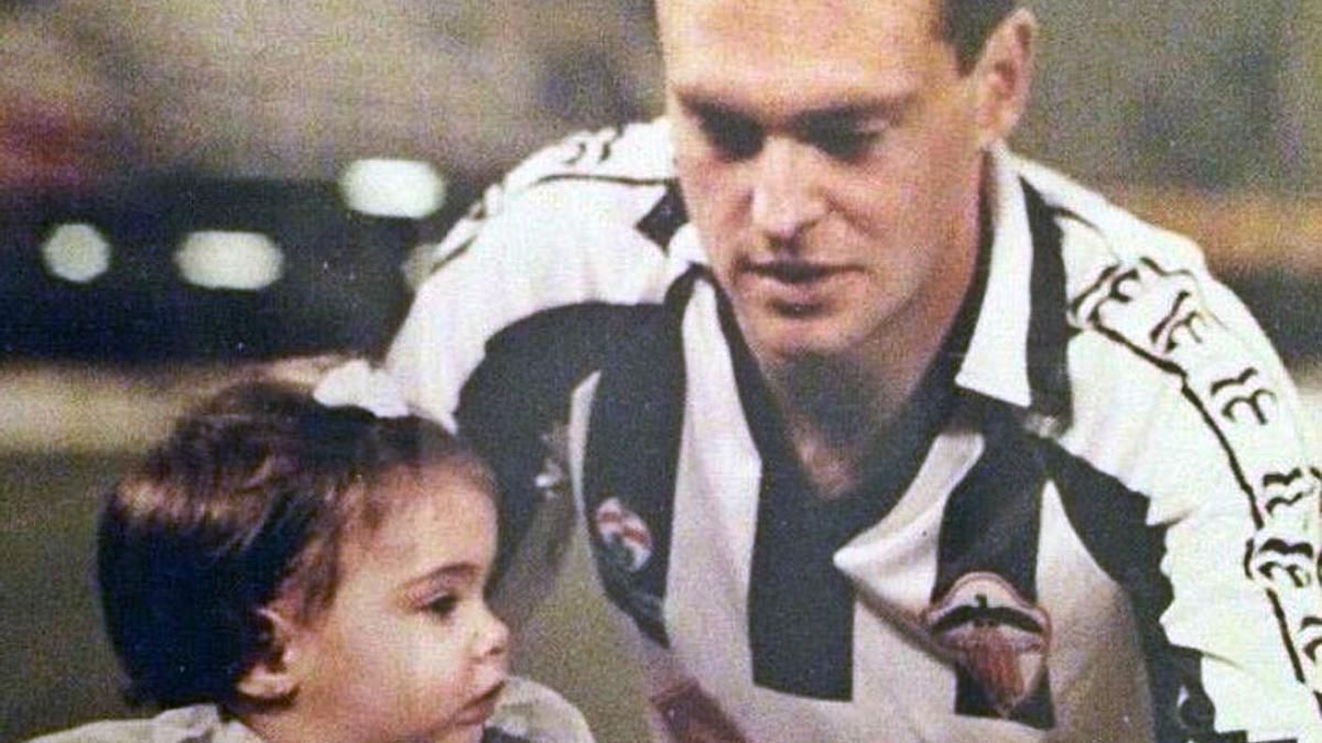 Pepe Mel, con la camiseta del Castellón, junto a su hija, antes del comienzo de un partido con el cuadro blanquinegro.