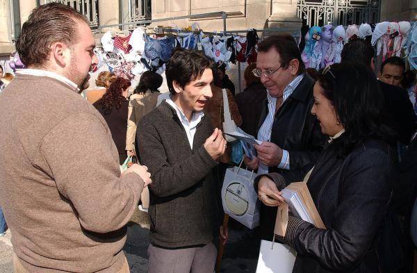 Mantilla repartiendo propaganda electoral en Bouzas. // FDV