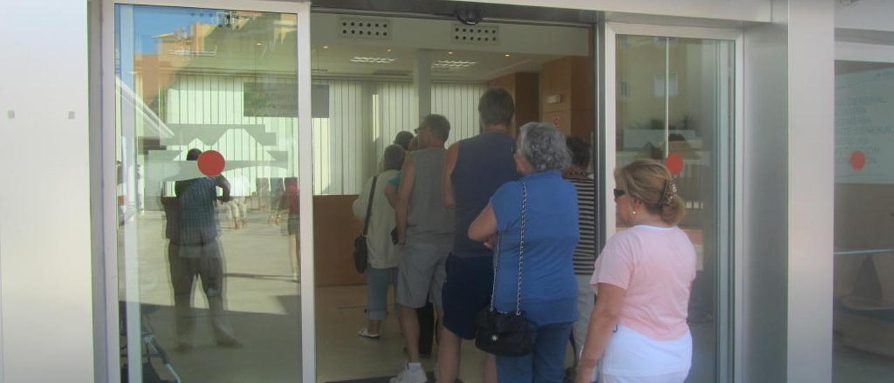Cola de usuarios en el único centro de salud que hay en la costa de Orihuela, en una imagen de archivo.