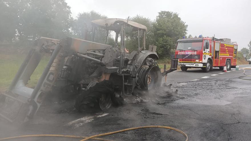 Tractor calcinado en Graba