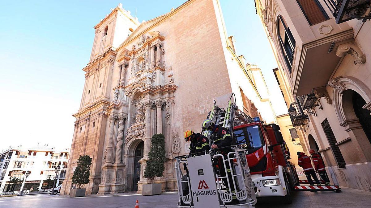 Los bomberos han acudido esta semana a la basílica de Santa María para evaluar los daños.