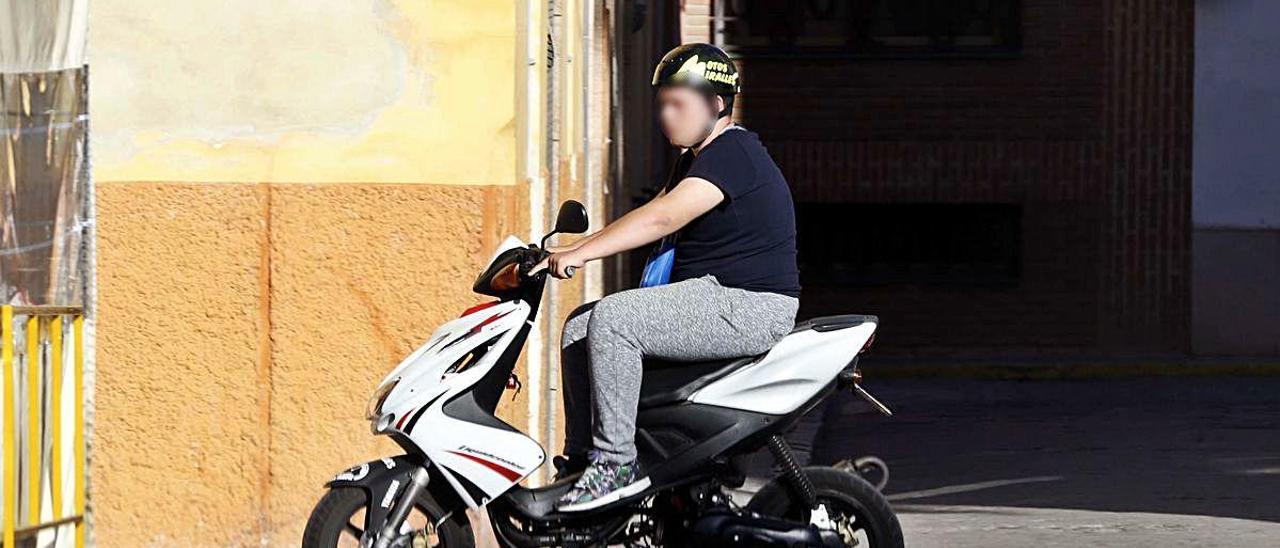 Un joven de V. de Castellón en un ciclimotor, en una foto de archivo.