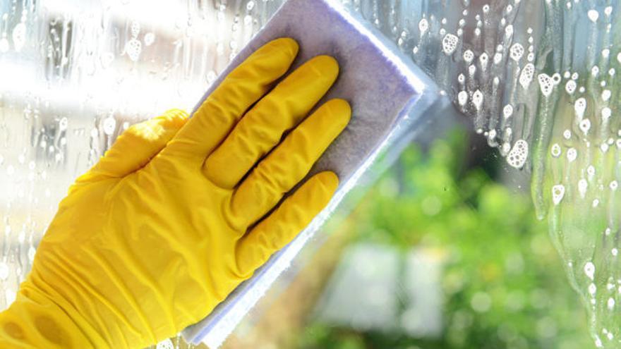 La solución definitiva para limpiar los cristales y que se vean relucientes con el sol