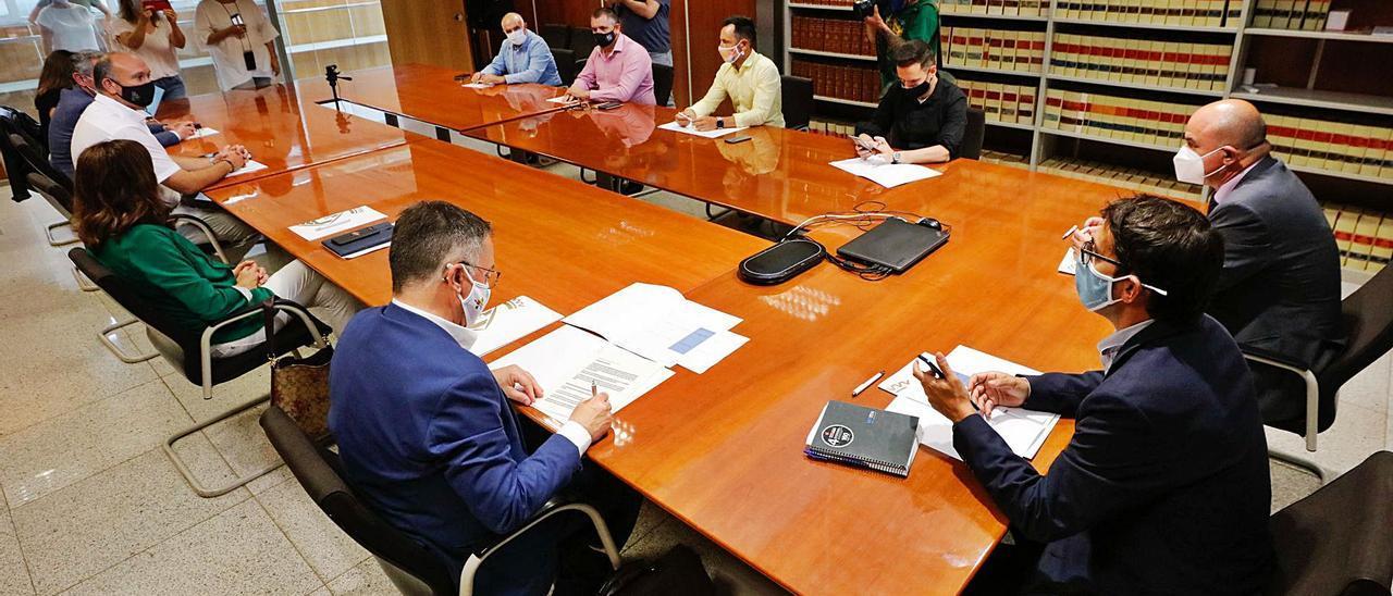 Josep Marí, Iago Negueruela y Vicent Marí junto a responsables políticos y agentes sociales, ayer en el Consell.   JUAN A. RIERA