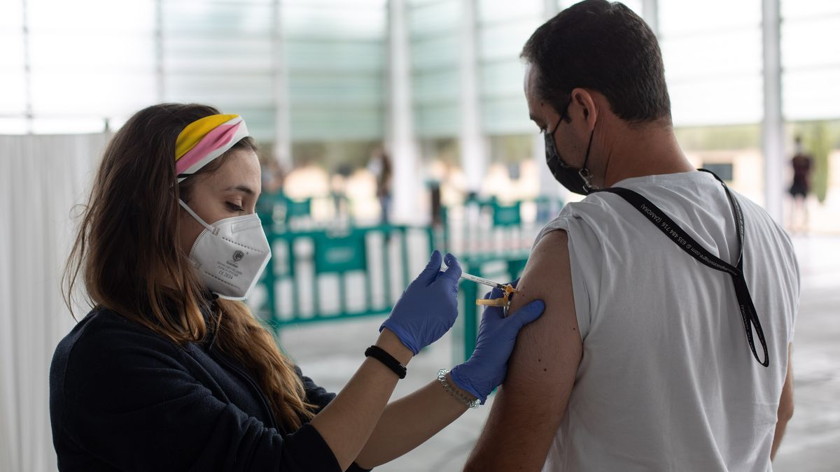 Una enfermera pone una vacuna en Ifeza