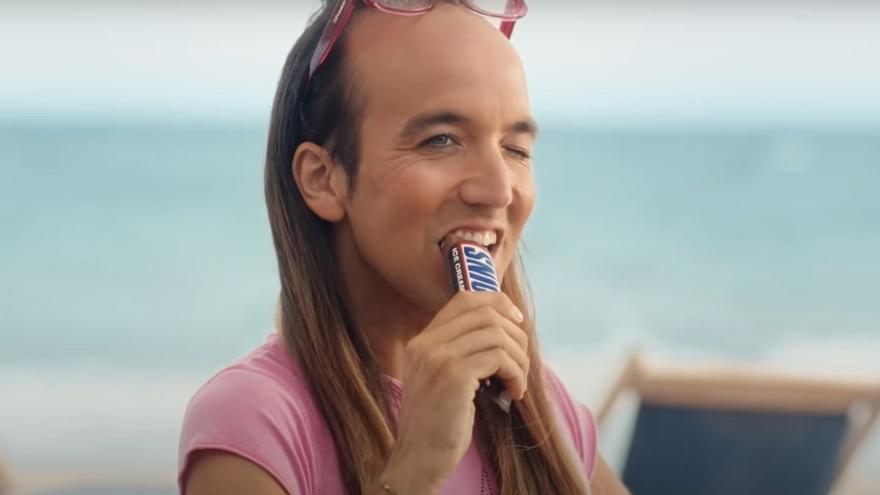 Polémica con Snickers por la publicación de un anuncio homófobo con Aless Gibaja como protagonista