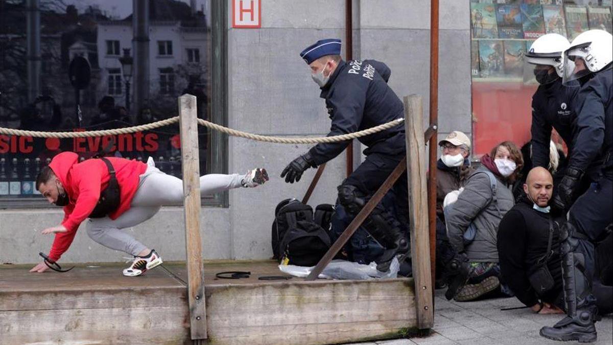 Casi 500 detenidos en Bruselas tras una marcha contra las restricciones