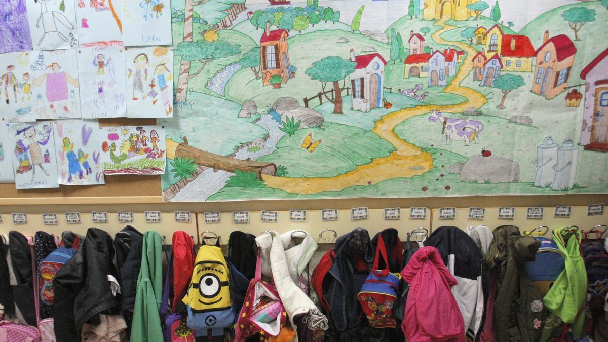 Abrigos en los colgadores de un centro educativo coruñés.