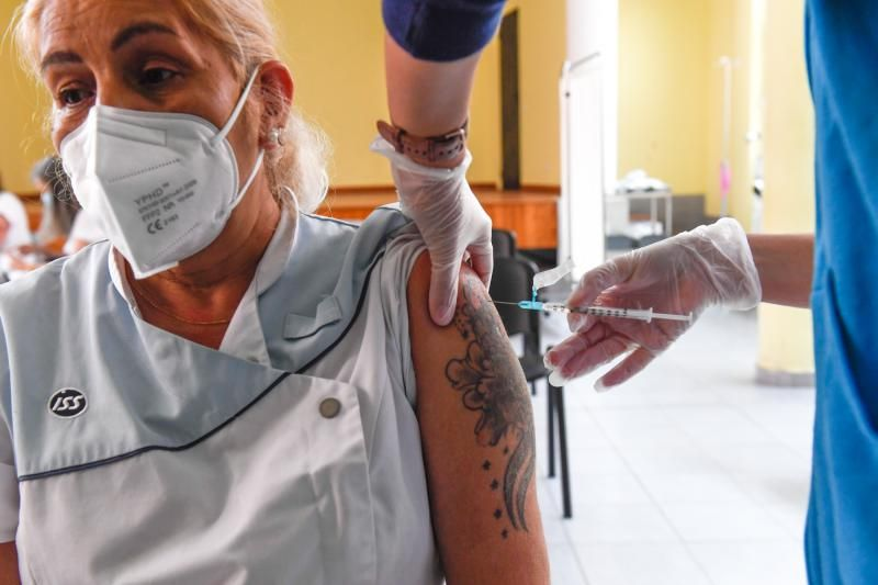 Canarian health workers begin to be vaccinated against COVID 19