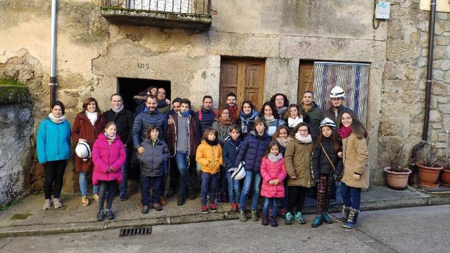 Uno de los grupos asistentes el pasado fin de semana a las visitas guidas a las bodegas de Fermoselle.