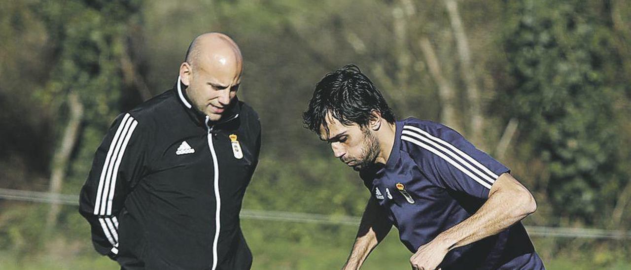 Rozada y Arribas, ayer, durante el entrenamiento del Oviedo en El Requexón.