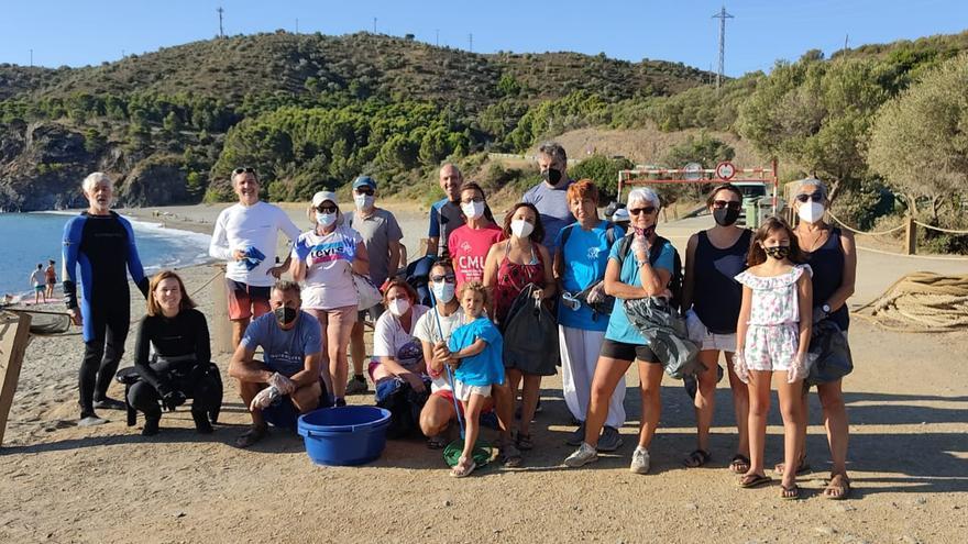 Colera organitza una neteja de la platja de Garbet