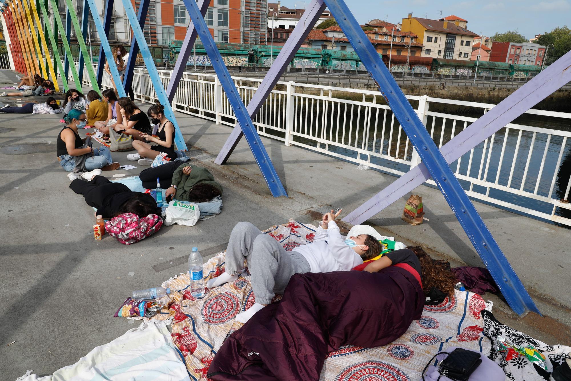 Las fans de Aitana duermen en la calle para ser las primeras en entrar al concierto en Avilés