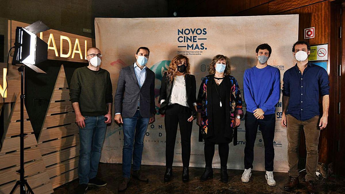 Los responsables del festival con las autoridades y el realizador Lois Patiño.  | // GUSTAVO SANTOS